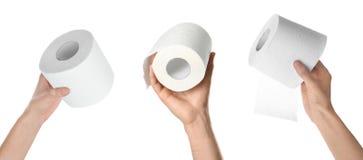 Kobiety trzyma papier toaletowy rolki na białym tle zdjęcie royalty free