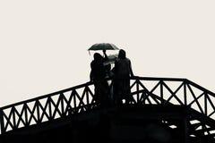 Kobiety trzyma parasol w ręki pozyci na drewnianych schodków unikalnej fotografii Zdjęcia Royalty Free