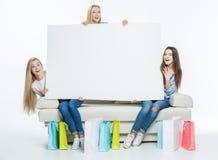 Kobiety trzyma pustą kartę Obrazy Royalty Free