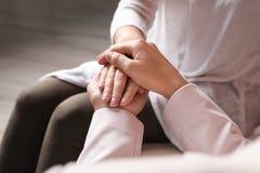 Kobiety trzyma ręki indoors, zbliżenie zdjęcie stock