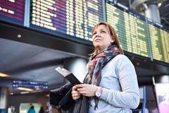 Kobiety turystyczna pozycja przy lotniskiem na tle odjazdy obraz stock