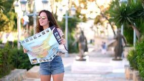 Kobiety turystyczna przyglądająca mapa przy Cypr Lato przygoda Planistyczna podróż zbiory wideo