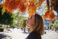 Kobiety turystyczny patrzeć surowe daty na daktylowej palmie sunshine obrazy royalty free