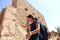 Kobiety Turystyczny strol przy Karnak świątynią Luxor fotografia stock