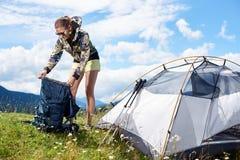 Kobiety turystyczny wycieczkować w halnym śladzie, cieszy się lato pogodnego ranek w górach zbliża namiot obrazy stock