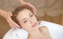 Kobiety twarz z perfect skórą robi twarzowemu masażowi w wannie obraz royalty free