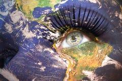 Kobiety twarz z planety ziemi teksturą i rhode - wyspa stanu flaga wśrodku oka Zdjęcia Royalty Free