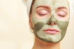 Kobiety twarz z zieloną glinianą błoto maską zdjęcia royalty free