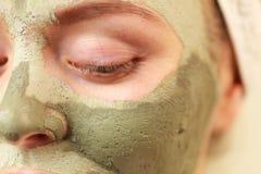 Kobiety twarz z zieloną glinianą błoto maską obrazy royalty free