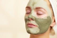 Kobiety twarz z zieloną glinianą błoto maską obraz royalty free
