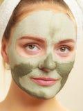 Kobiety twarz z zieloną glinianą błoto maską zdjęcie stock
