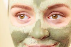 Kobiety twarz z zieloną glinianą błoto maską obrazy stock