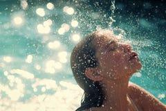 Kobiety twarzy piękno Maldives lub Miami plaża Piękno kobieta nawilża w skąpaniu śliczna kobieta na morzu karaibskim wewnątrz Fotografia Stock