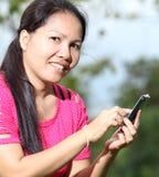 Kobiety używać smartphone Zdjęcia Royalty Free