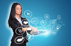 Kobiety używa cyfrową pastylkę i chmurę z ikonami Obraz Royalty Free