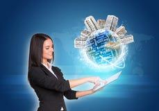 Kobiety używa cyfrową pastylkę Ziemia z budynkami Fotografia Stock