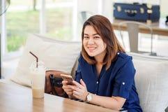 Kobiety używa smartphone obraz royalty free
