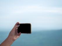 Kobiety używają jej telefon komórkowego plenerowego, zakończenie up Zdjęcia Stock