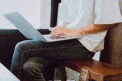 Kobiety używają komputer opracowywali w sklep z kawą Pojęcie pracować gdziekolwiek z nowożytną technologią obraz stock