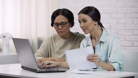 Kobiety używają online usługa, wynagrodzenie dla użyteczność, dorosła dama uczą się pisać emailu zbiory wideo