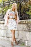 Kobiety używają telefon outdoors w miasto ulicie Portret młoda uśmiechnięta mody dziewczyny pozycja z telefonem fotografia royalty free
