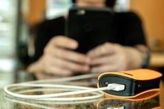 Kobiety używają władza banka dla mądrze telefonu ładować zdjęcia royalty free