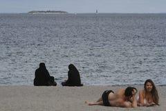 Kobiety ubierali w tradycyjnej Islamskiej sukni na plaży Zdjęcie Royalty Free
