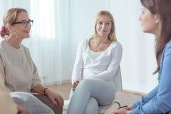 Kobiety uczestniczy w grupowej terapii Obrazy Stock