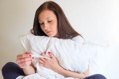 Kobiety uczucie deprymujący i smutny po patrzeć ciążowego test Zdjęcie Stock