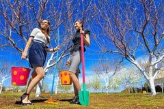 kobiety uprawiają ogródek wo potomstwa Zdjęcia Stock