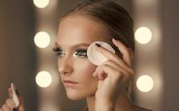 Kobiety use bawełniany ochraniacz dla czyści twarzy skóry Kobieta usuwa makeup z bawełnianym ochraniaczem Piękno model z świeżej  Fotografia Royalty Free