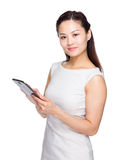 Kobiety use cyfrowa pastylka Obraz Royalty Free