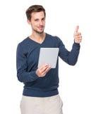 Kobiety use cyfrowa pastylka i kciuk up Zdjęcia Royalty Free