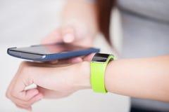 Kobiety use mądrze zegarek zdjęcie stock