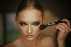 Kobiety use muśnięcie dla makeup, oblicze Piękno model stosuje proszek na twarzy, kosmetyki Kobieta z potomstwo twarzy skórą w pi Obrazy Stock