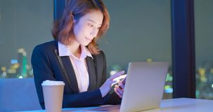 Kobiety use notatnik i telefon zdjęcie royalty free
