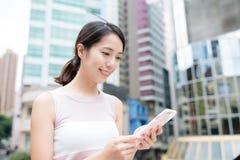 Kobiety use telefon komórkowy Obraz Royalty Free