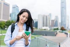 Kobiety use telefon komórkowy w Hong Kong Zdjęcie Stock