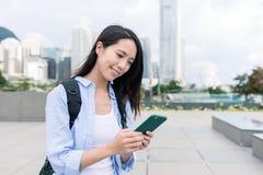 Kobiety use telefon komórkowy w Hong Kong Zdjęcia Stock