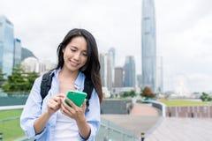 Kobiety use telefon komórkowy w Hong Kong miastowym mieście Zdjęcia Stock