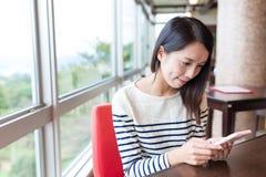 Kobiety use telefon komórkowy w japońskiej kawiarni Obrazy Royalty Free