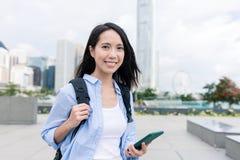 Kobiety use telefon w Hong Kong mieście Zdjęcie Stock