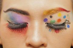 Ono przygląda się, barwi, makijaż, twarz, koloru tryb, czerwień, błękit, czerń, pomarańcze, Zdjęcie Stock
