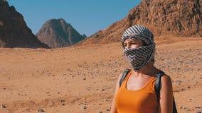 Kobiety w Arabskim pióropuszu w pustyni Egipt zdjęcie wideo