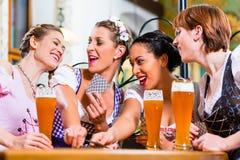 Kobiety w Bawarskich karczemnych karta do gry Fotografia Stock