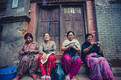 Kobiety w Bhaktapur ono uśmiecha się i pracuje w ulicie Fotografia Stock