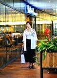 Kobiety w centrum handlowym Zdjęcie Stock