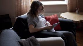 Kobiety w ciąży dopatrywania środków zawartość na cyfrowej pastylce zbiory