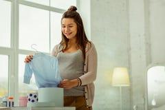 Kobiety w ciąży mienia dzieci główkowanie o przyszłościowym dziecku i pulower zdjęcie stock