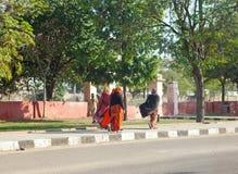 Kobiety w jaskrawych sari iść na ulicie na Styczniu 29, 2014 w Jaipur, India. Fotografia Stock